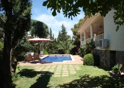 image links to page with details of a detached villa in cabopino for sale